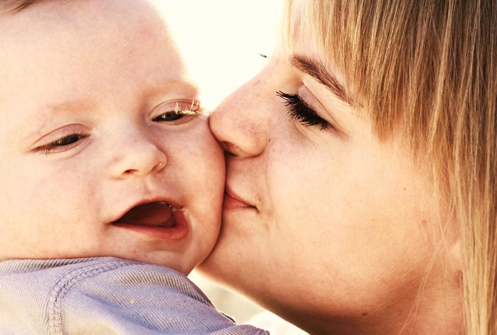 ママと赤ちゃん 笑顔のキス