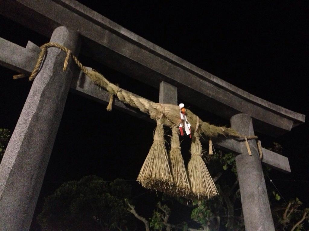 神社の鳥居にもしめ縄が。