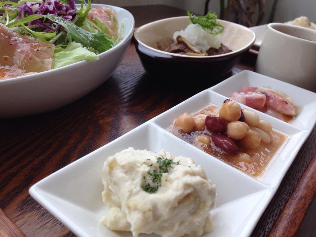 mati-cafeは宜野湾のコンベンションセンター近くにある人気で 京料理の修行を積んだ京都出身のオーナーが作る食事を堪能できるカフェです。