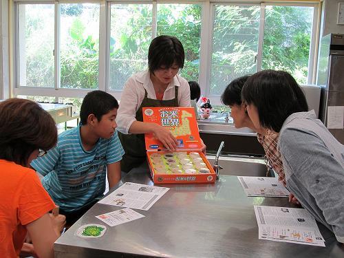 お米マイスターの親子夏休み講座、興味津々でお米標本を見る親子に大盛況でした!