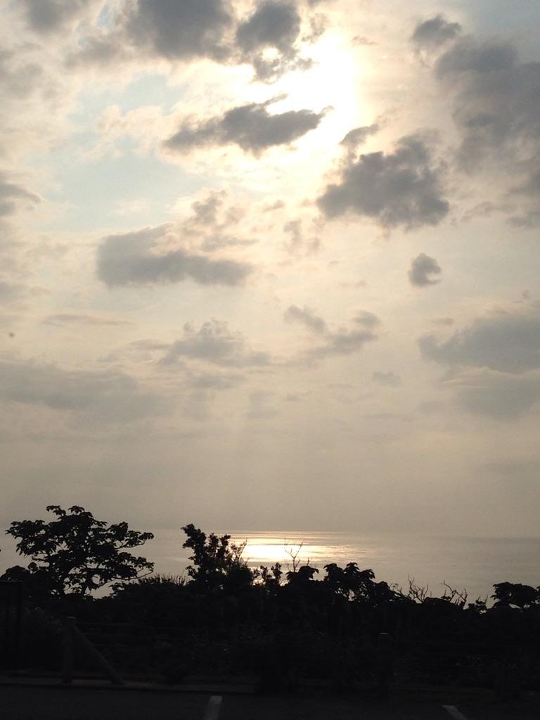 沖縄の夕焼けは海を臨む景観が美しい