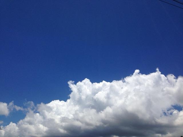 沖縄は梅雨も明け、夏、まっさかりです。沖縄の青空です。