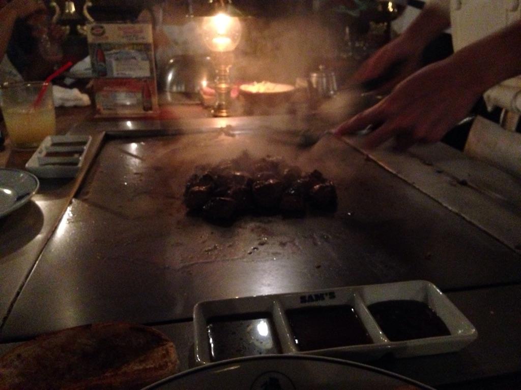 サムズアンカーインでは目の前でステーキを焼いてくれます。