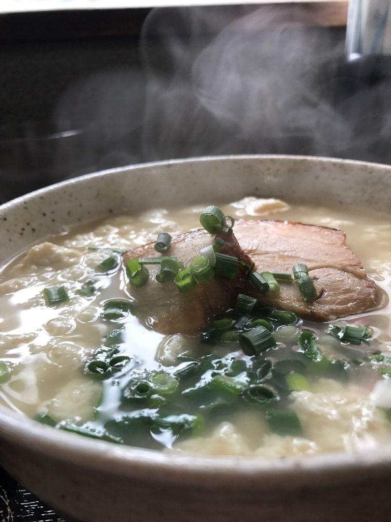 沖縄でも人気のゆし豆腐を沖縄グルメ代表の沖縄そばに乗せてしまった沖縄グルメ